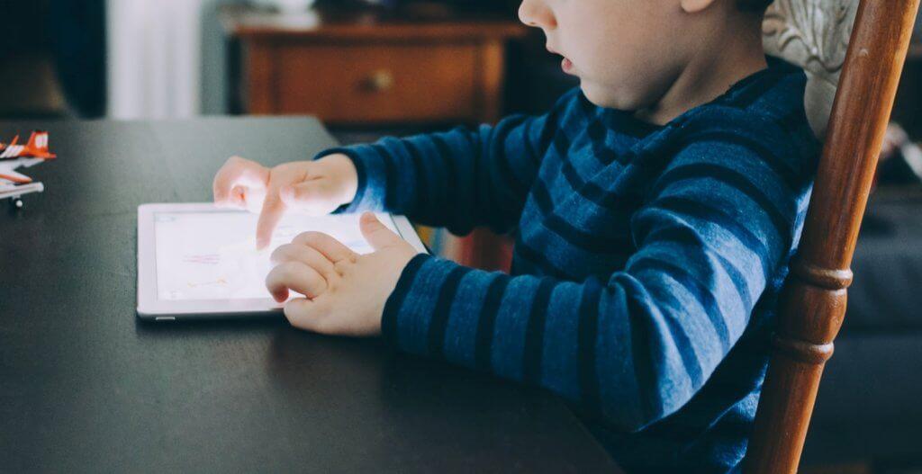 Niño utilizando tablet con control parental